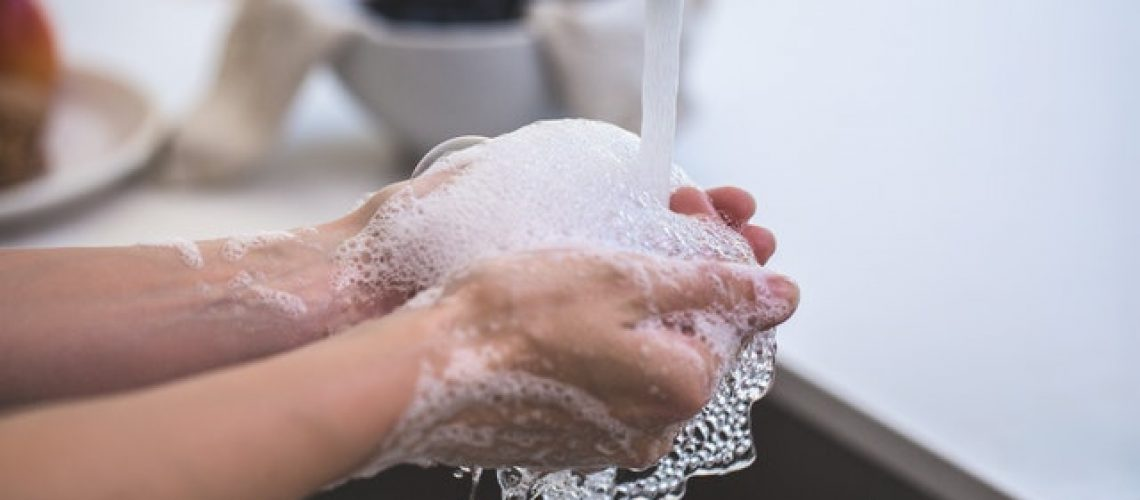 שוטפים ידיים עם או בלי סבון?
